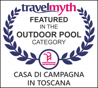 hotel with outdoor pool in Sovicille